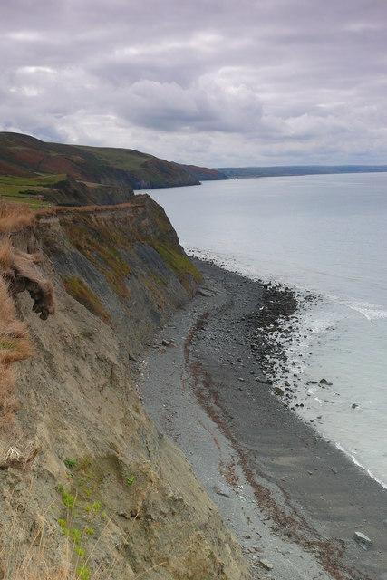 Clogwyni a Thraeth ger Ffos-las / Cliffs  and beach near Ffos-las