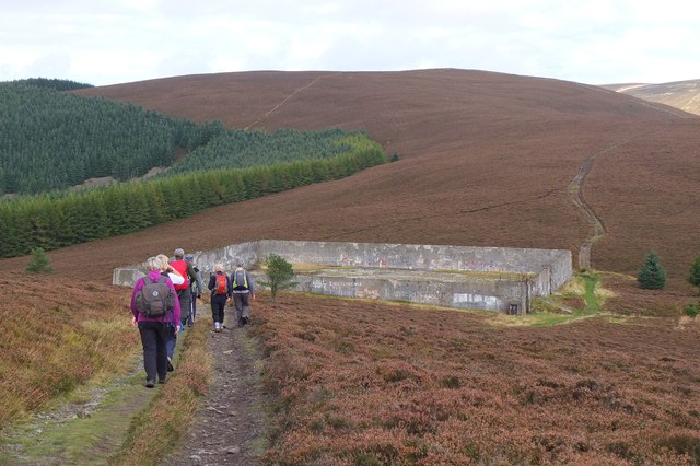 Approaching the old reservoir, Kirnie Law
