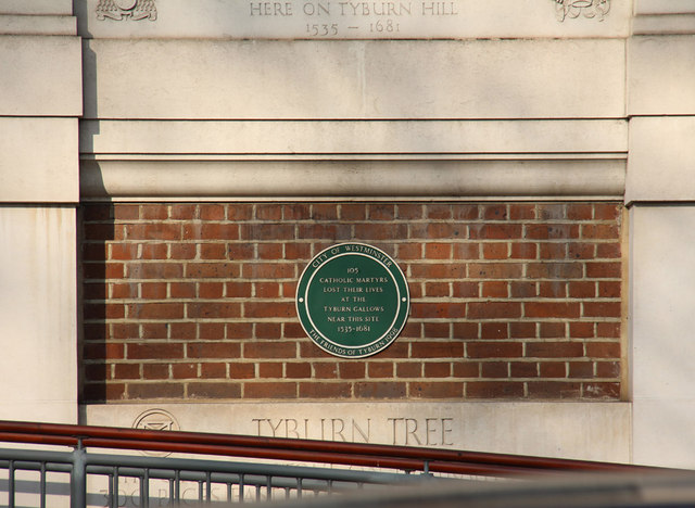 Tyburn Tree green plaque - 105 Catholic martyrs lost their lives at the Tyburn Gallows near this site 1535-1681