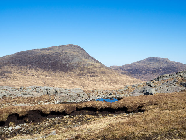 Peat bank, rocks and pool north of Beinn nan Gobhar