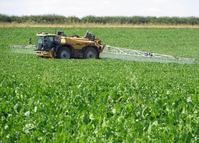 Spraying Beet near Manor Wold Farm