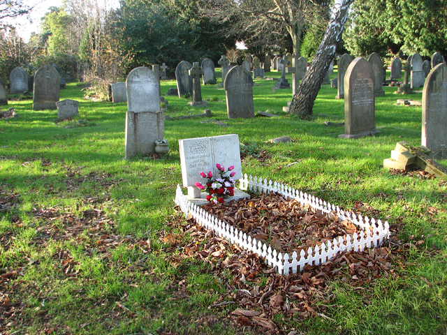 Fenced In Grave In Earlham Cemetery Evelyn Simak Cc By Sa 2 0 Geograph Britain And Ireland