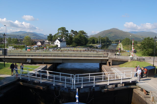 Lock gates and swingbrdge