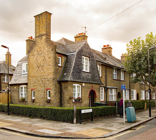 Pearlridge Garden And Tower Rentals: End Of Terrace House, Risley Avenue,... © Julian Osley