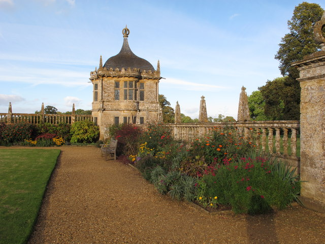 Garden of Montacute with banqueting house