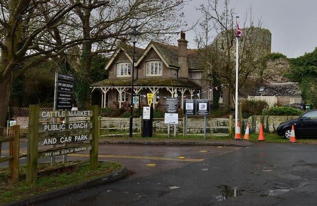 Pevensey: The Castle Cottage tea room and car park entrance