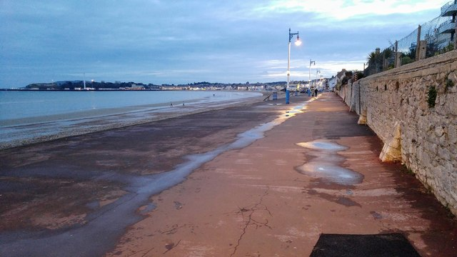 Weymouth: Westerly view along Greenhill Beach