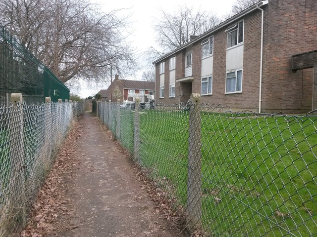 Kinson: passing 2 Anstey Close on footpath E21