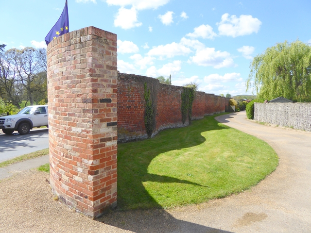The crinkle-crankle wall of Easton