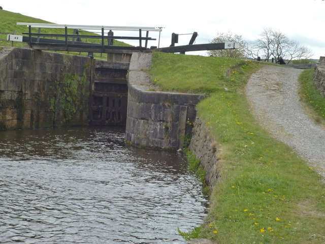 Leeds and Liverpool Canal: Greenberfield Bottom Lock No 42
