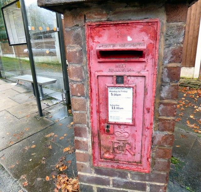 E II R postbox (SK14 4)
