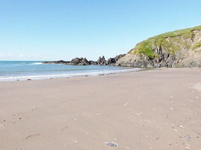 Jagged rocks at the northern end of the beach at Challaborough Bay