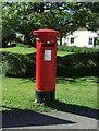 TL4052 : Elizabeth II postbox on Barton Road, Haslingfield  by JThomas
