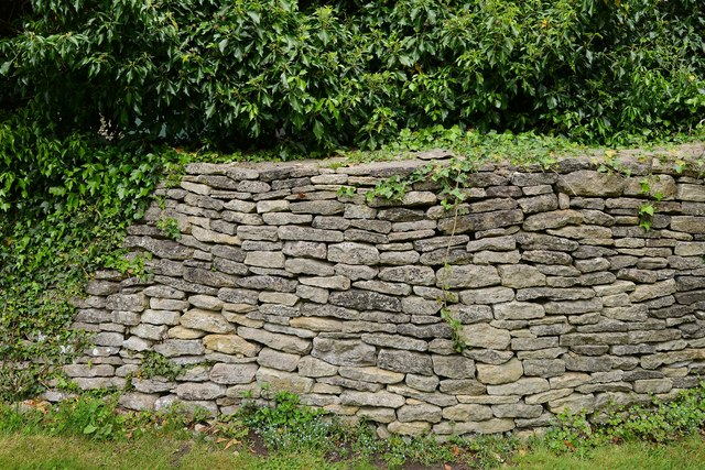 Quenington, St. Swithuns Church: Beautifully crafted dry stone boundary wall