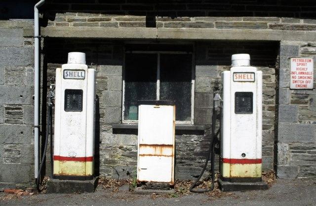 Hen bympau petrol yn Hafod Garage / Old petrol pumps at Hafod Garage