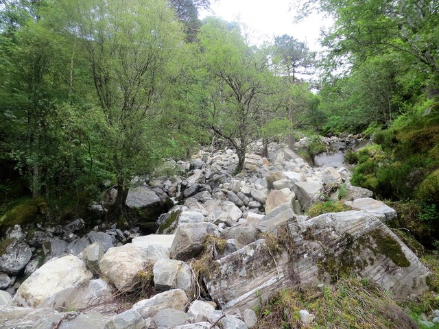 Huge boulders in the course of Allt na Cruimadh