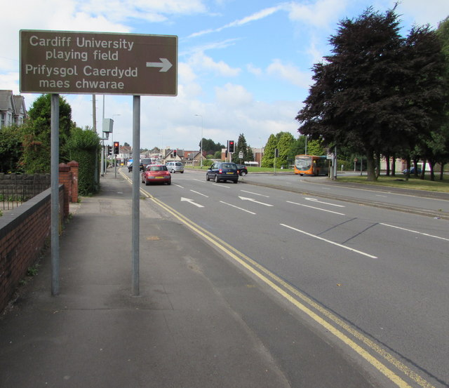 Bilingual brown direction sign, Rumney, Cardiff