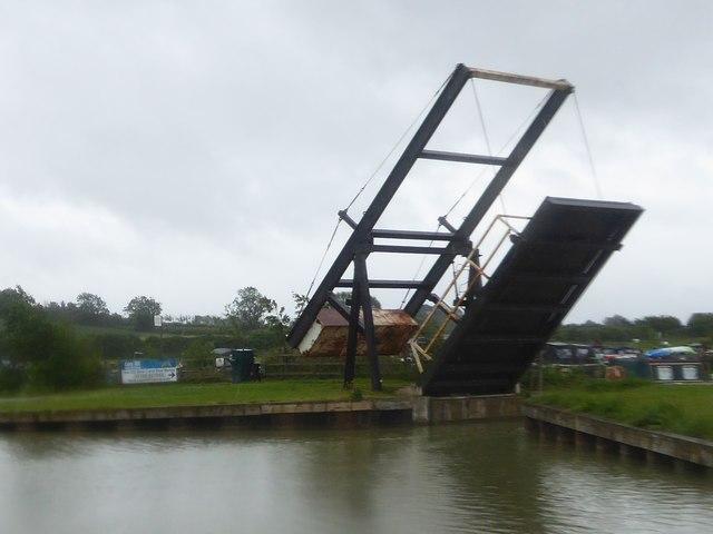 Lifting bridge, Caen Hill Marina