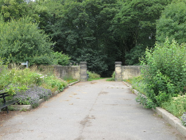 An entrance from Lawns Lane into Farnley Hall Park