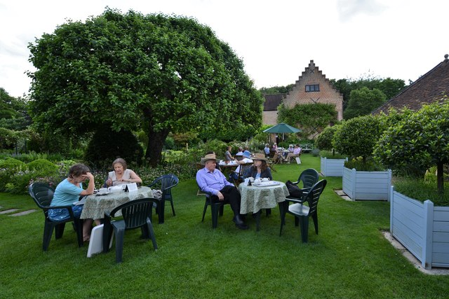 Chenies Manor House: Tearoom outdoor seating area