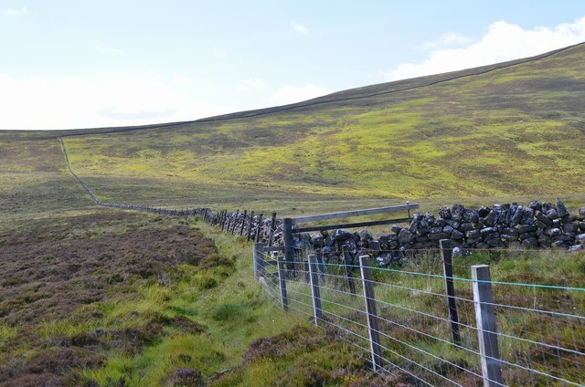 Fence and wall, Cauldstane Slap