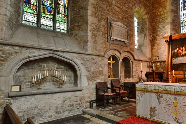 Ledbury, St. Michael and All Angels Church: The sanctuary with plain c14th Easter Sepulchre