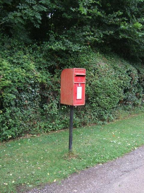 Elizabeth II postbox on Hadzor Lane, Hadzor