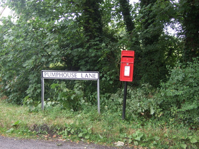 Elizabeth II postbox on Pumphouse Lane