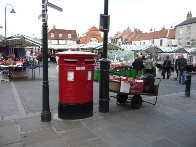 Double aperture Elizabeth II postbox on Toll Gavel, Beverley