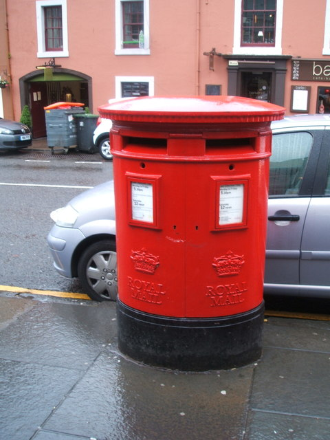 Double aperture Elizabethan postbox on High Street, Linlithgow