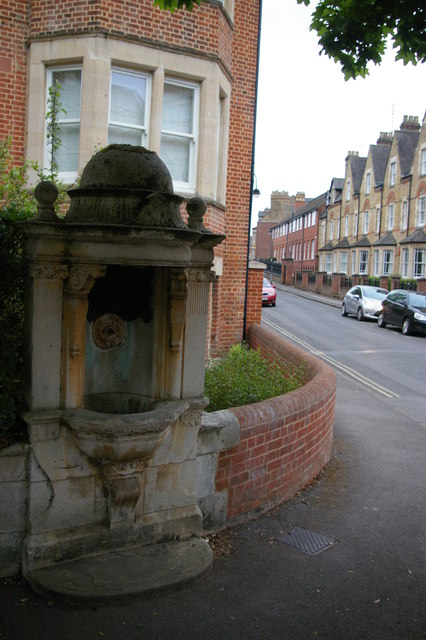 Disused drinking fountain, Walton Well Road