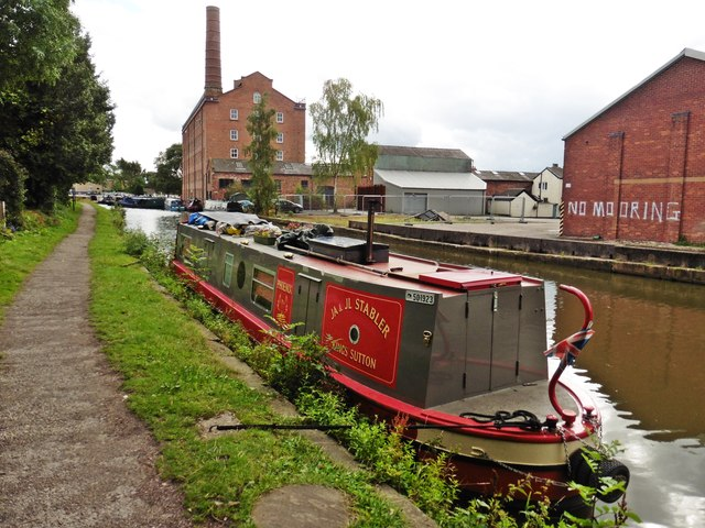 Narrow boat on Macclesfield Canal