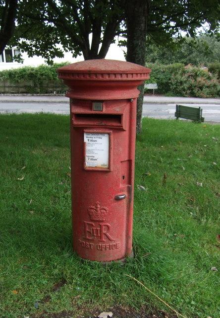 Elizabeth II postbox on Bulwark Road, Helston