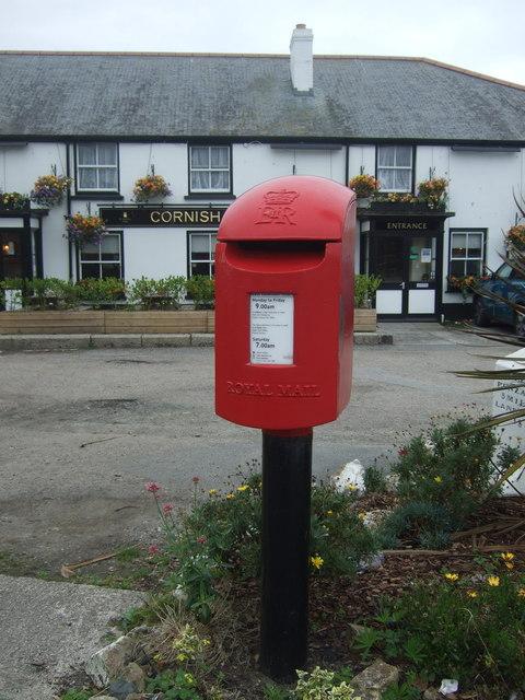 Elizabeth II postbox on Commercial Road, Hayle