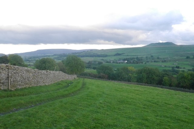 Farm track beneath Spen Top