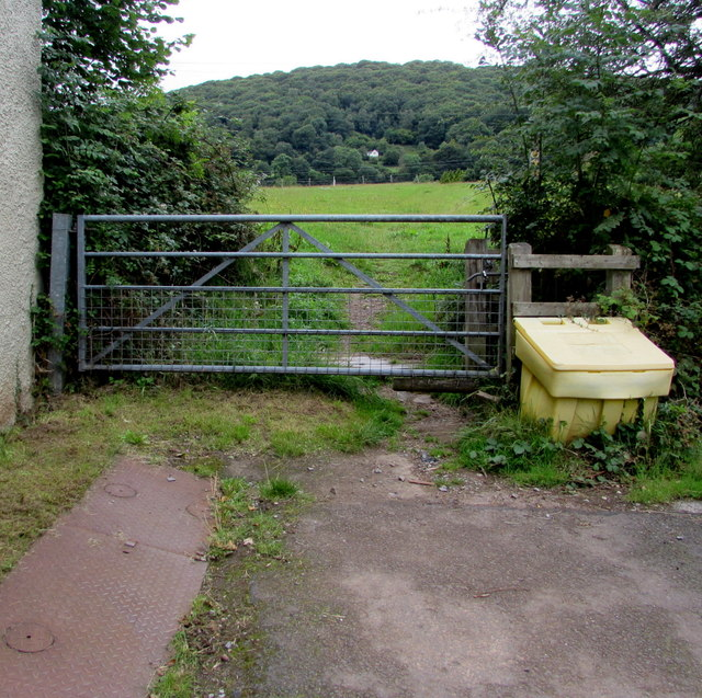 Gate at the western end of Poplars Road, Mardy