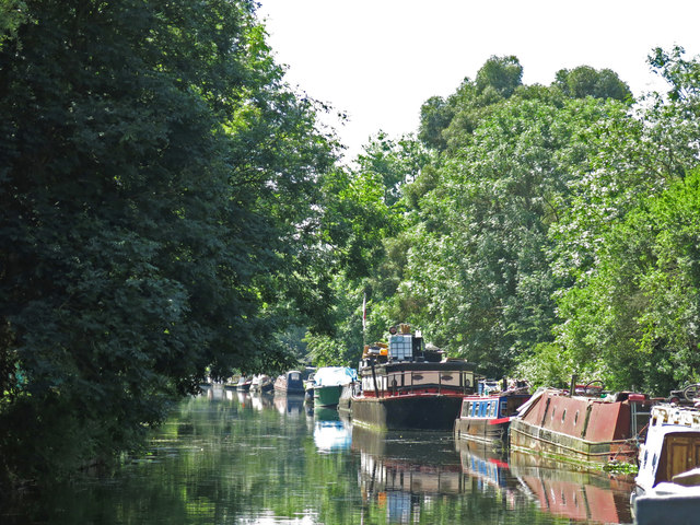 The Grand Union Canal north of Riverside Way (2)