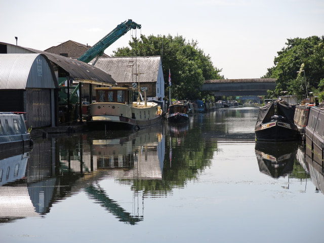 The Grand Union Canal south of the Rockingham Road bridge (no.186)