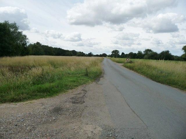 Mellis Road heading south-west across Mellis Common
