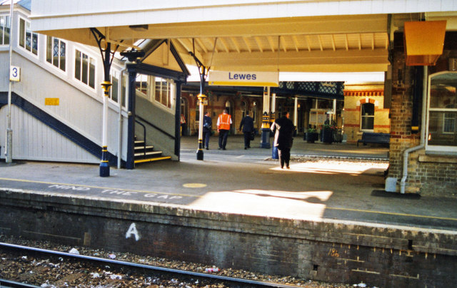 Lewes station, 2000: northward from Platform 4 towards centre of station