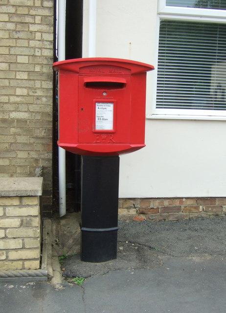 Elizabeth II postbox on High Street, Manea