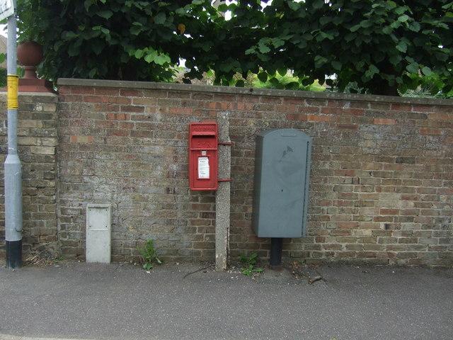 Elizabeth II postbox on London Road, Chatteris