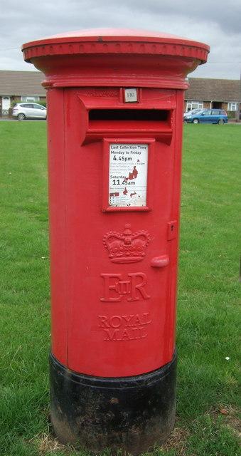 Elizabeth II postbox on New Road, Chatteris