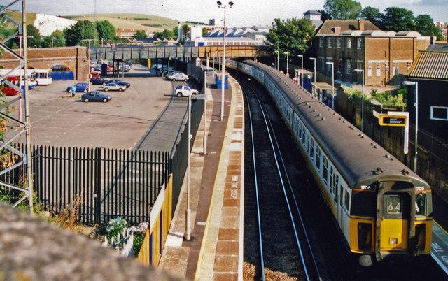 Lewes station, 2000: eastward along Platforms 1 and 2