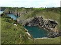SS0897 : Pembrokeshire Coast, near Skrinkle Haven by PAUL FARMER