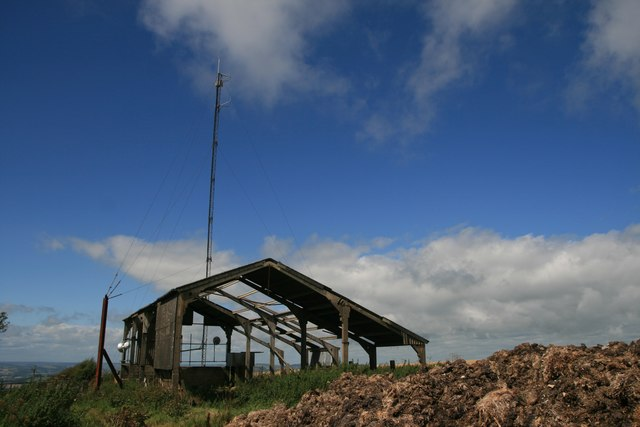Barn and mast on route with public access above Coombe Bottom