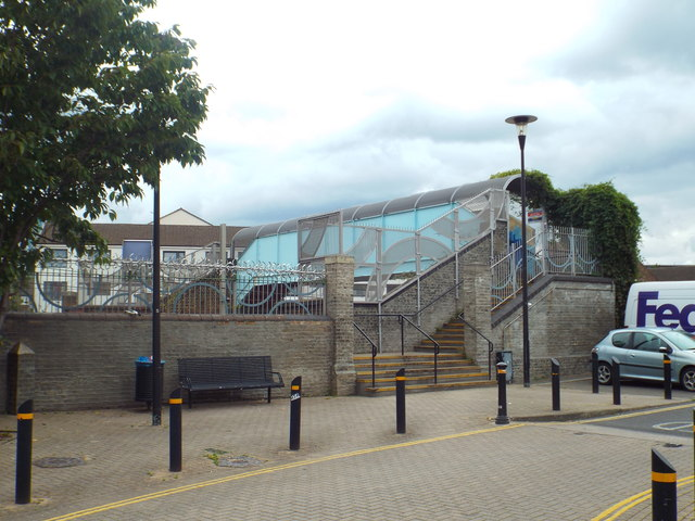 Footbridge over railway lines, West Ham