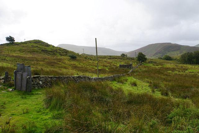 A wall and ruined hut near Ceunant Bach