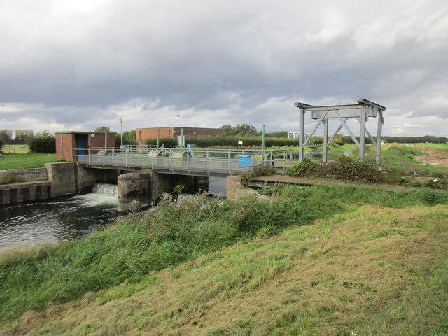 Weir and travelling crane, Struncheon Hill (Hempholme) Lock
