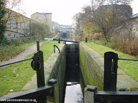 Huddersfield Canal east of Milnsbridge